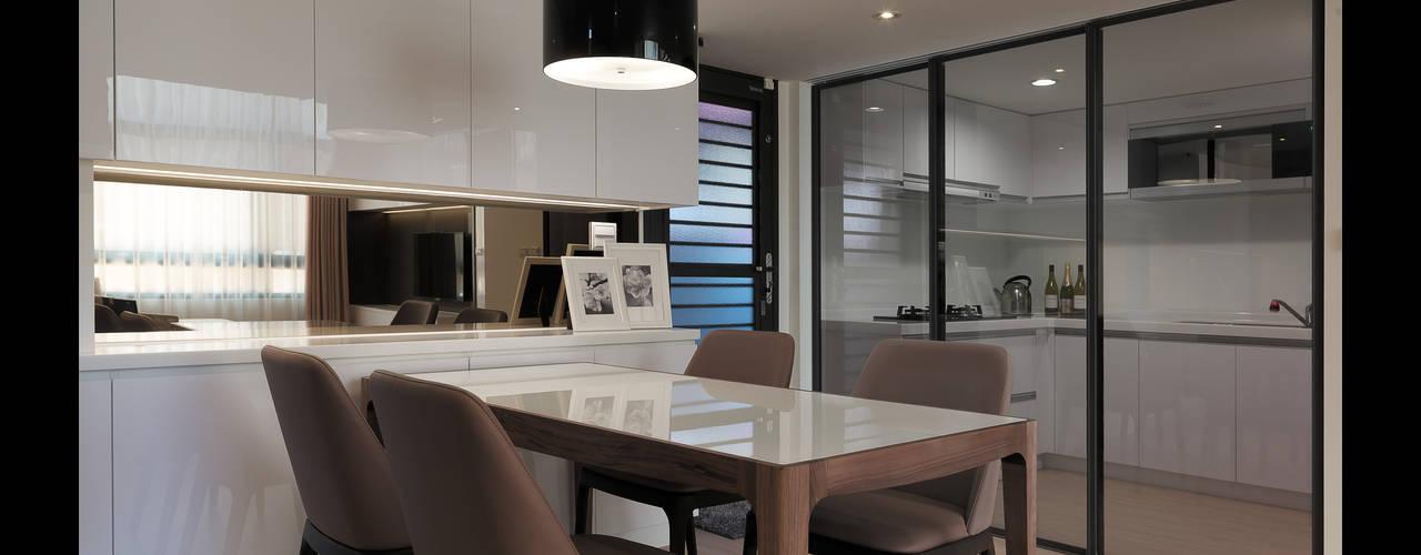moderne Esszimmer von 大集國際室內裝修設計工程有限公司