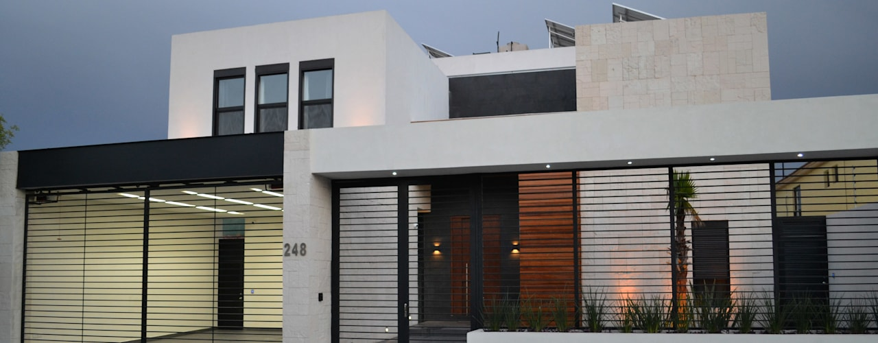 Fachada moderna con materiales cálidos: Casas de estilo moderno por Toyka Arquitectura