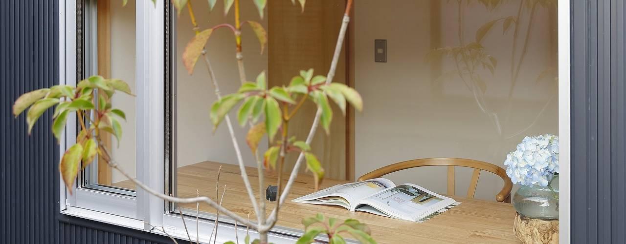 Moderne Arbeitszimmer von 岡本和樹建築設計事務所 Modern