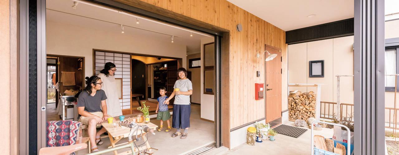 Pasillos, hall y escaleras de estilo asiático de HAPTIC HOUSE Asiático