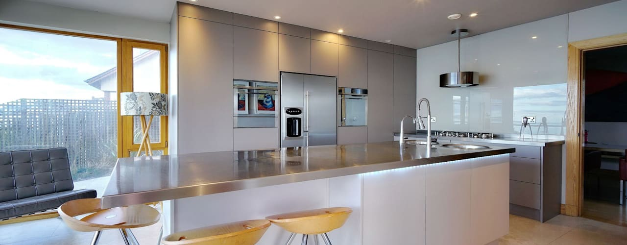 A Modern Kitchen by the Sea:  Kitchen by ADORNAS KITCHENS