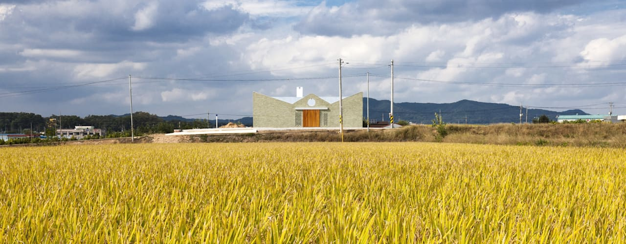 Farmer's House (ㄷHouse) Case moderne di 에이오에이 아키텍츠 건축사사무소 (aoa architects) Moderno