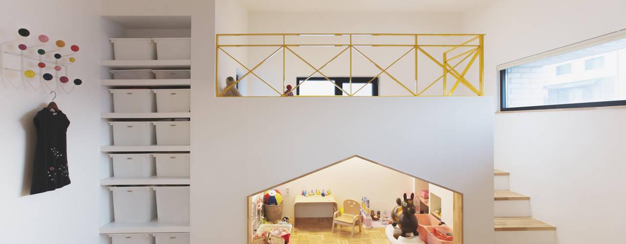 Trace House : 미우가 디자인 스튜디오의  아이방