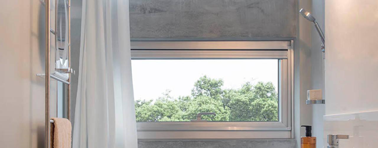 Bagno in stile  di  何侯設計   Ho + Hou Studio Architects