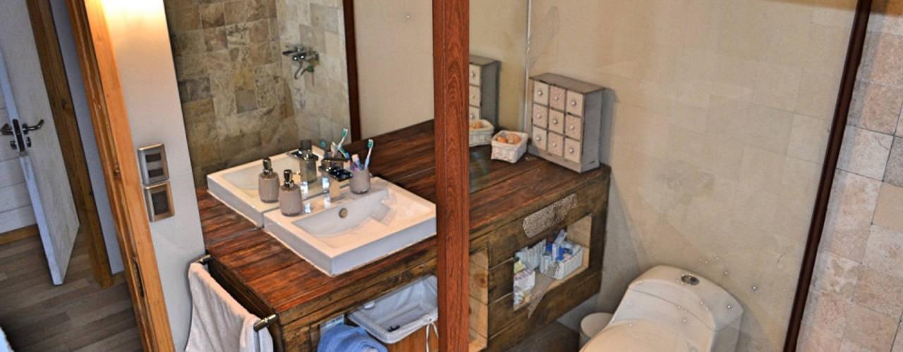 Modern bathroom by AtelierStudio Modern