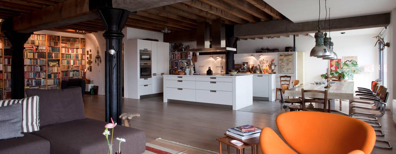 Jobsveem:  Woonkamer door Mei architects and planners, Industrieel