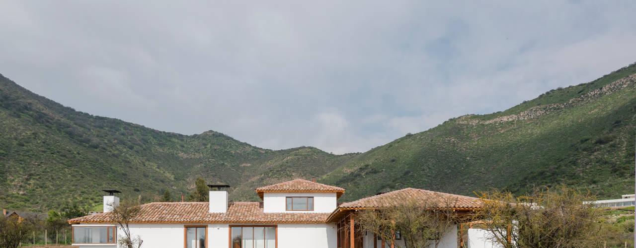 Casas de estilo colonial de Grupo E Arquitectura y construcción Colonial