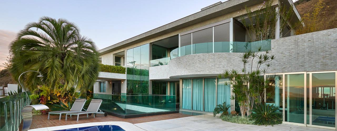 Residência Nova Lima : Casas modernas por Andréa Buratto Arquitetura & Decoração