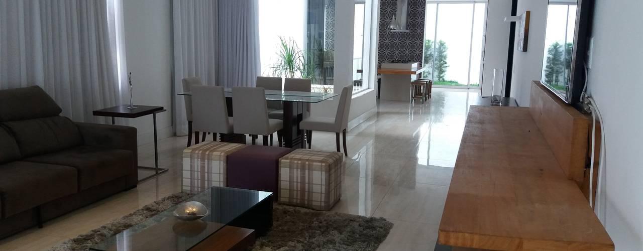 Ruang Keluarga Modern Oleh Monica Guerra Arquitetura e Interiores Modern