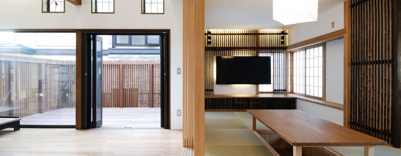 リビングと掘りごたつのあるお茶の間: 藤井伸介建築設計室が手掛けたリビングです。