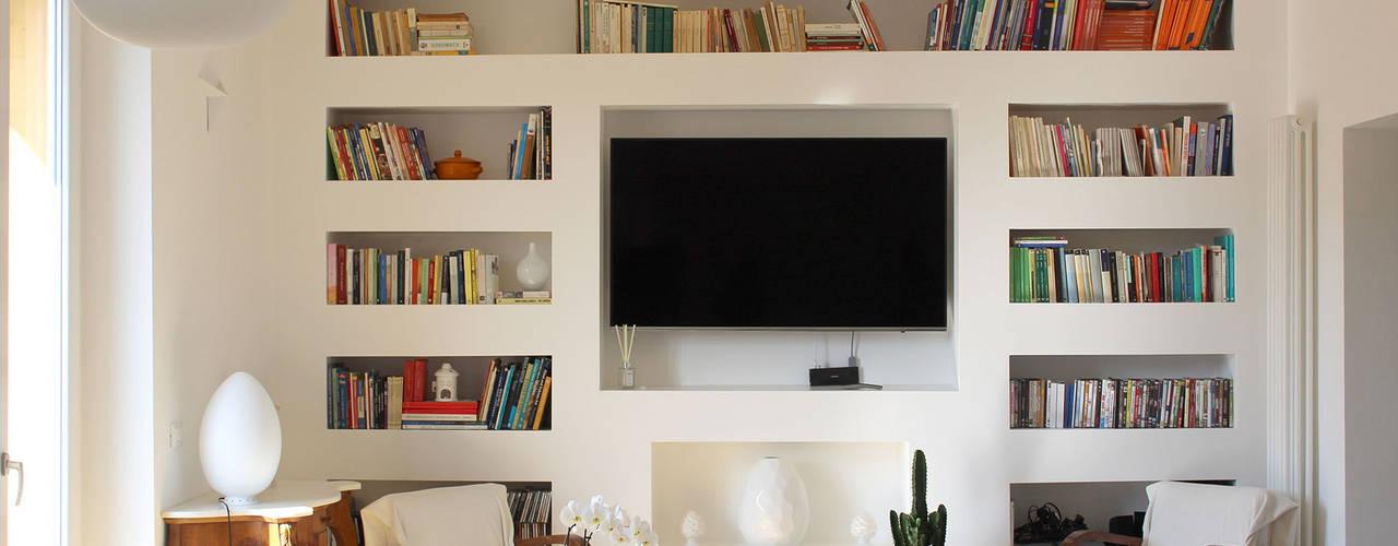 Da casa anni 60 ad appartamento moderno! Soggiorno moderno di Architetto Luigia Pace Moderno