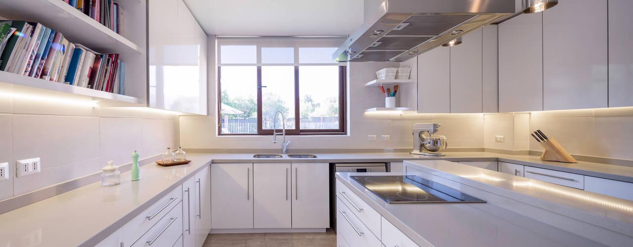 Casa Condominio Altos de Chicureo Cocinas de estilo moderno de Grupo E Arquitectura y construcción Moderno