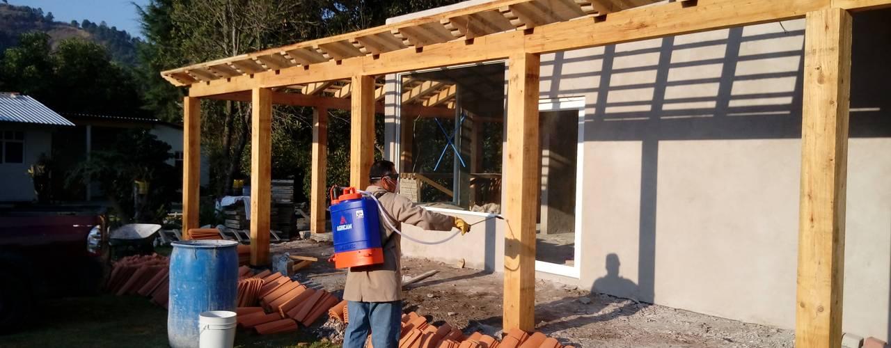 Aplicación de tratamiento antipolilla en madera.: Casas de estilo  por taller garcia arquitectura integral