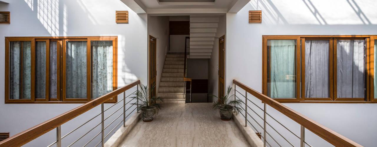 Internal Courtyard House, Rishikesh, Uttrakhand Modern corridor, hallway & stairs by Manuj Agarwal Architects Modern