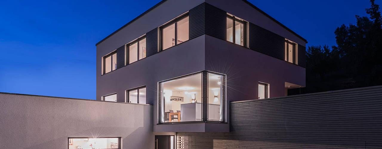 Exklusives Architektenhaus in herrlicher Aussichtslage KitzlingerHaus GmbH & Co. KG Moderne Häuser Holzwerkstoff Weiß
