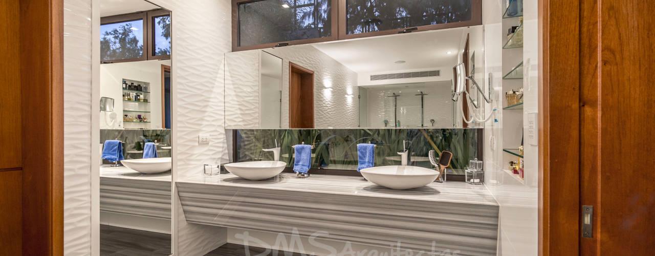 CASA EN CASUARINAS MC: Baños de estilo  por DMS Arquitectas