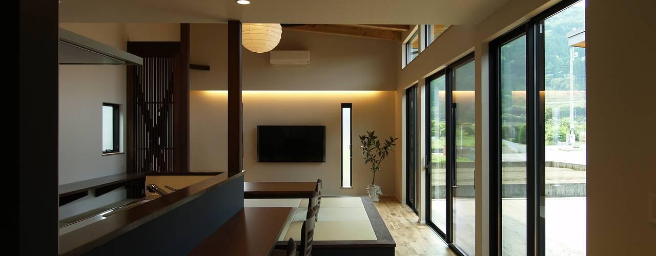 Phòng khách phong cách chiết trung bởi ai建築アトリエ Chiết trung