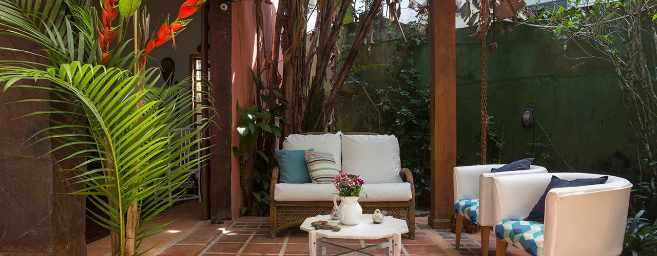 ทางเดินในสไตล์เขตร้อนห้องโถงและบันได โดย SET Arquitetura e Construções ทรอปิคอล