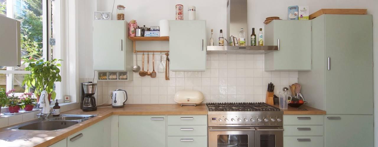 Nhà bếp phong cách hiện đại bởi studiopops Hiện đại