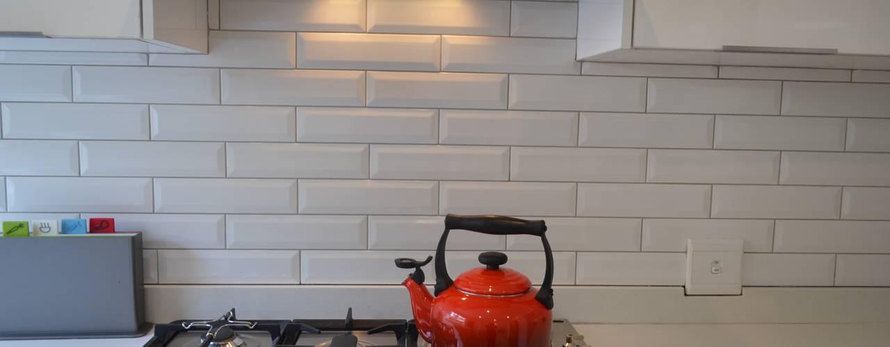 sub way tiles/ contemporary looks:  Walls by Première Interior Designs