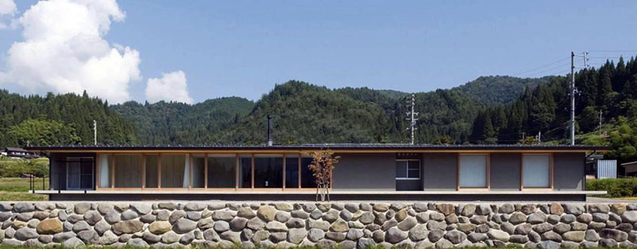 Casas de estilo ecléctico de 浦瀬建築設計事務所 Ecléctico