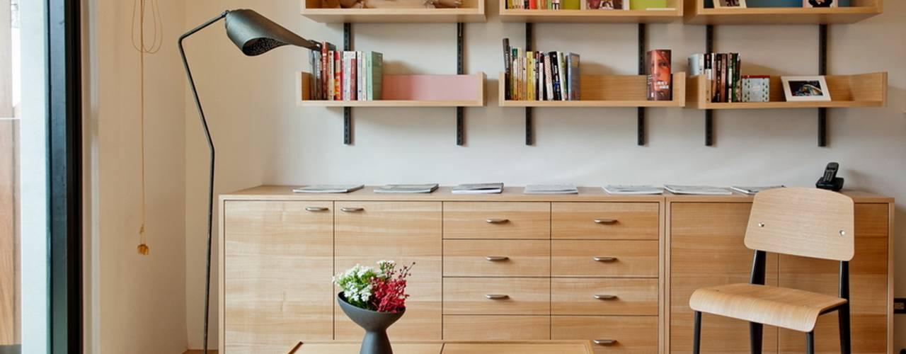 Гостиная в стиле минимализм от 直方設計有限公司 Минимализм