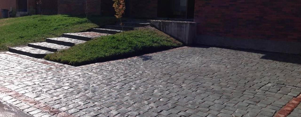 Suministro e instalación de Adoquin piedra cantera Instalamos.cl Jardines de estilo mediterráneo Piedra