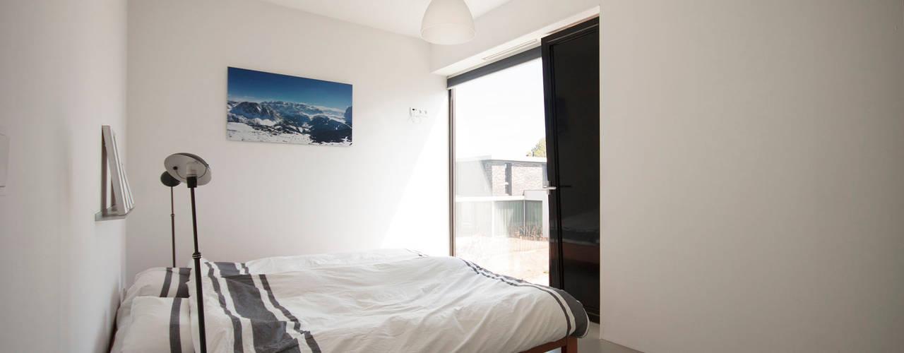 8A Architecten Modern style bedroom Concrete Beige