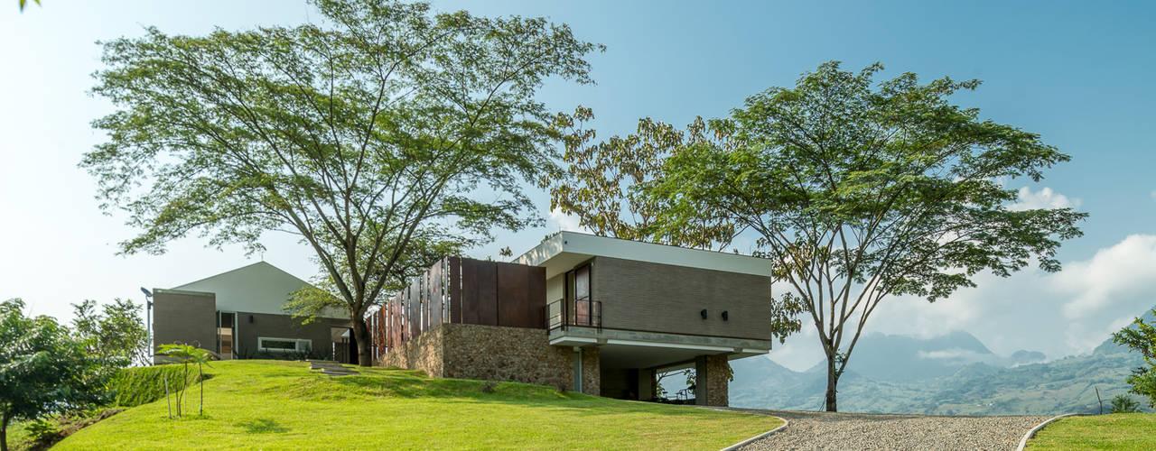 Casa La Siria Casas de estilo tropical de toroposada arquitectos sas Tropical