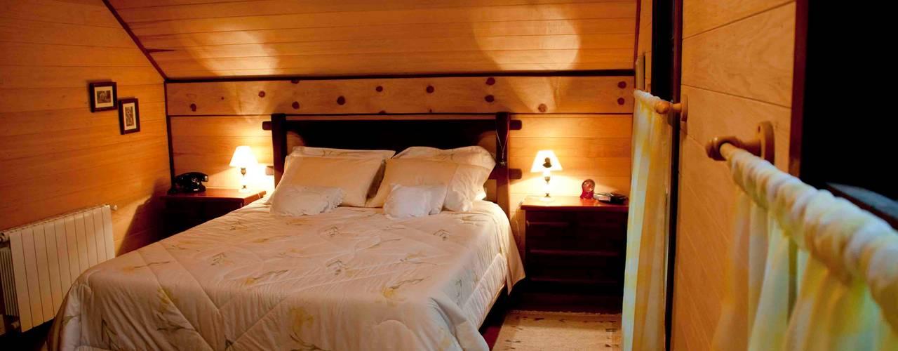 CABRAL Arquitetos Camera da letto in stile rustico Legno