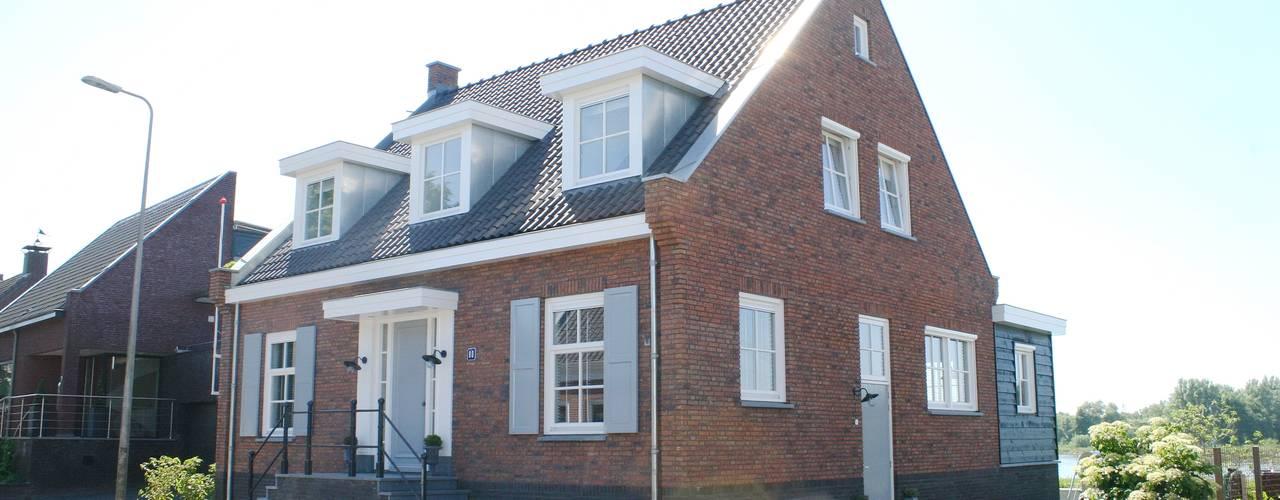 Klassieke dijkwoning Sliedrecht :  Huizen door Brand BBA I BBA Architecten, Klassiek