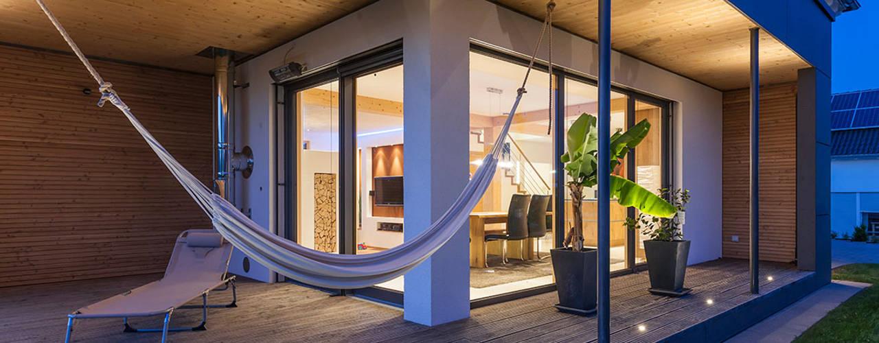 Balkon, Beranda & Teras Modern Oleh KitzlingerHaus GmbH & Co. KG Modern