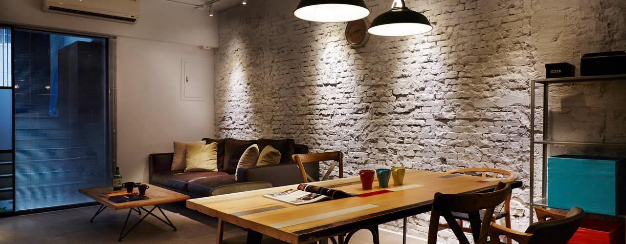 淺灰色仿水泥紋地磚讓空間四平八穩,更重要的是凸顯白色磚牆的陰暗與光影:  牆面 by 弘悅國際室內裝修有限公司