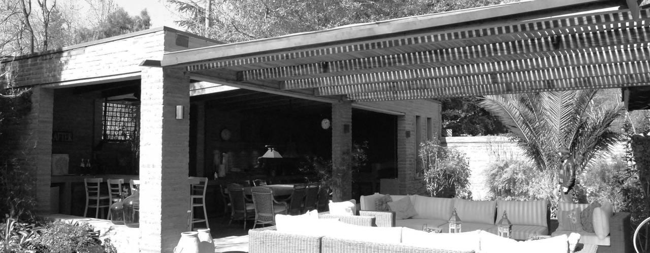 Diseño y Construcción de Quincho en La Dehesa por RENOarq Balcones y terrazas rústicos de RENOarq Rústico