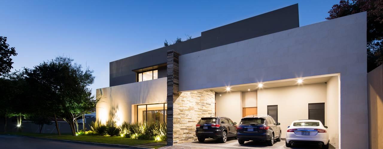 LA ESCONDIDA: Garajes de estilo  por Rousseau Arquitectos, Moderno