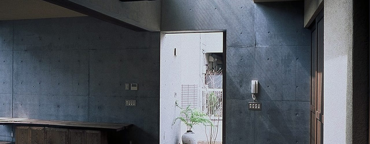 レトロモダン(和モダン)の都会の民家 根岸達己建築室 クラシカルスタイルの 玄関&廊下&階段 無垢材 ブラウン