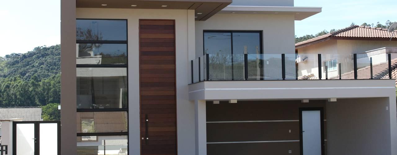 Residência Condomínio Reserva dos Vinhedos - Louveira: Casas  por Araujo Moraes Engenharia Arquitetura,Moderno