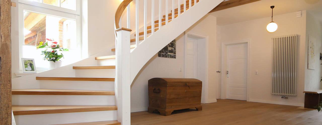 Spitzenduo - die Kombination aus Naturholz und Weiß liegt bei Treppen voll im Trend! Klassischer Flur, Diele & Treppenhaus von STREGER Massivholztreppen GmbH Klassisch