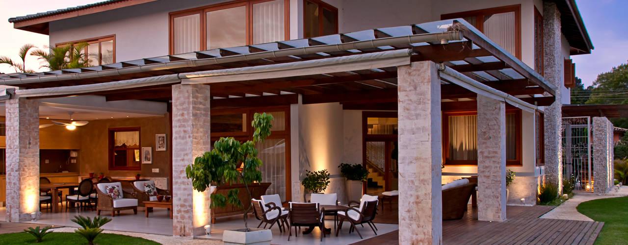 Hiên, sân thượng by MACHADO DE ALMEIDA ARQUITETURA E INTERIORES