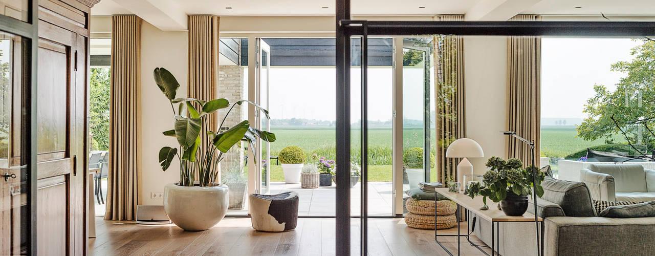 Woonhuis met uitzicht:  Woonkamer door Jolanda Knook interieurvormgeving