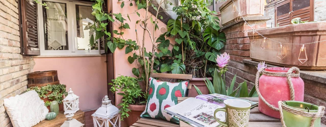 بلكونة أو شرفة تنفيذ Sapere di Casa - Architetto Elena Di Sero Home Stager