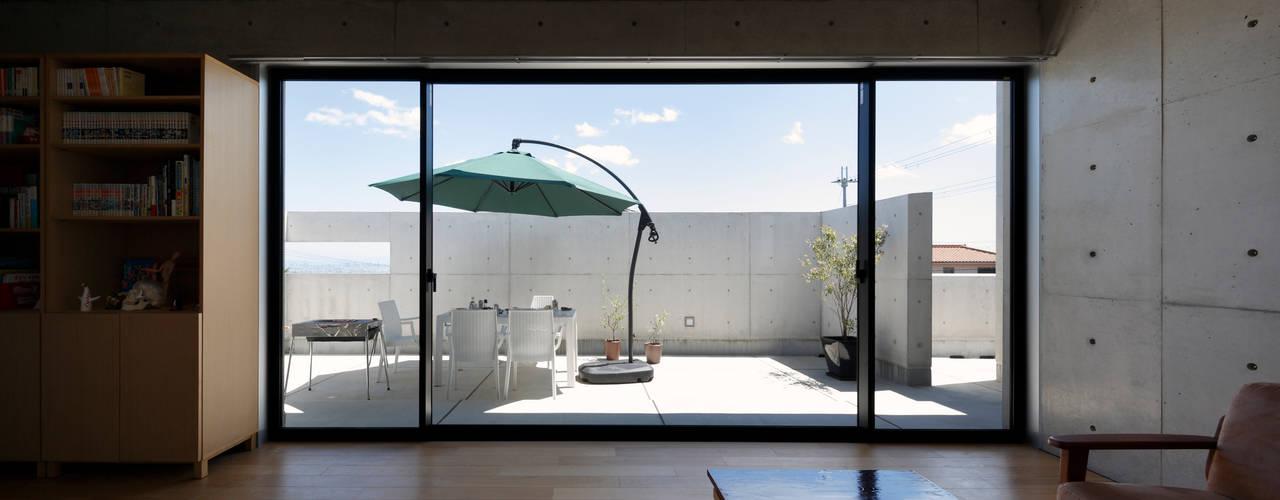 高台の家-坂のある街に住む- 一級建築士事務所アトリエm モダンデザインの リビング 鉄筋コンクリート 灰色