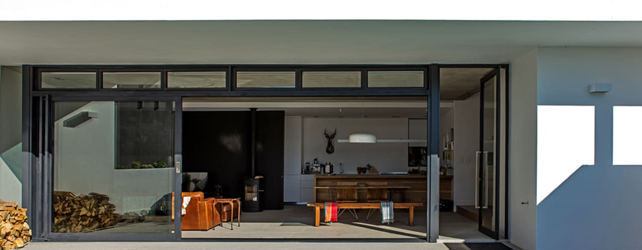 ALTERATION SEA POINT, CAPE TOWN:  Patios by Grobler Architects,