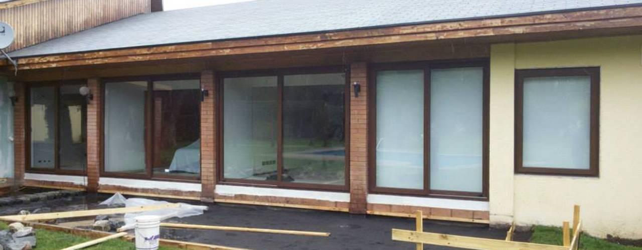 ventanales pvc: Casas de estilo  por telviche