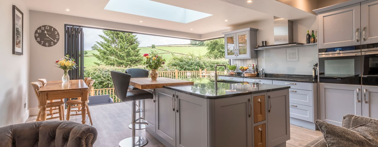 High Peak. Stunning views of the High Peak countryside from this family room extension Cucina moderna di John Gauld Photography Moderno