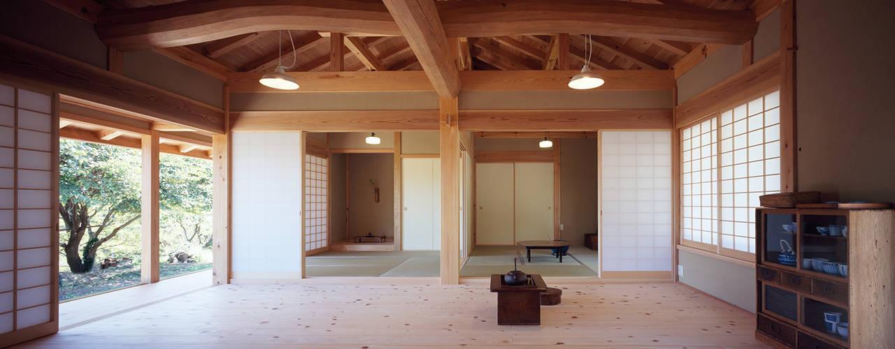 木造伝統構法の日本家屋「鴨川の家」 木造伝統構法 惺々舎 クラシックデザインの リビング