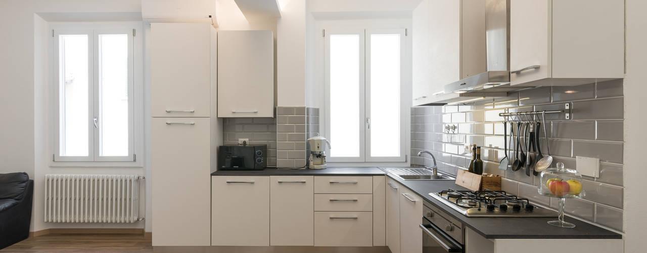 CASA T E 2017 PROGETTAZIONE E REALIZZAZIONE: OFFICINE LIQUIDE Foto: Darragh Hehir Cucina moderna di Officine Liquide Moderno