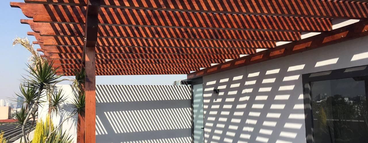 Pérgola y marimbado de madera. Tlalpan Materia Viva S.A. de C.V. Balcones y terrazas rústicos