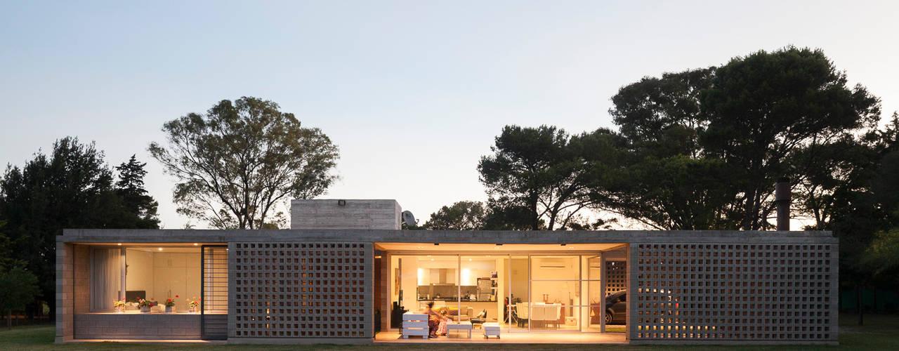 Casa BE: Casas de estilo  por BLTARQ  Barrera-Lozada