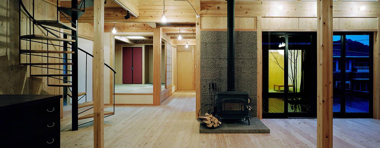 鹿児島の黒い家: 有島忠男設計工房が手掛けたダイニングです。